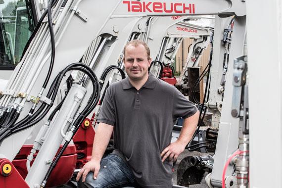 Christian Bruhne vor einer Maschine